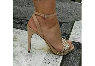 Menbur sandalia con piedras tacón fino color nude