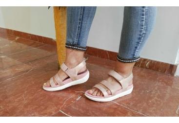 Sandalia con velcro rosada yumas
