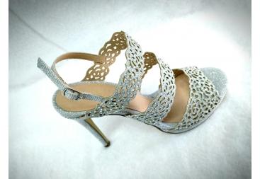 Sandalia color plata tiras Menbur
