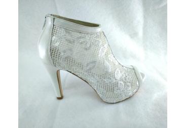 Zapato en color blanco abotinado Laura Amat