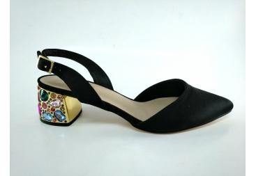 Zapato punta cerrada Menbur tacón piedras