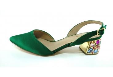 Zapato punta cerrada verde tacón piedras