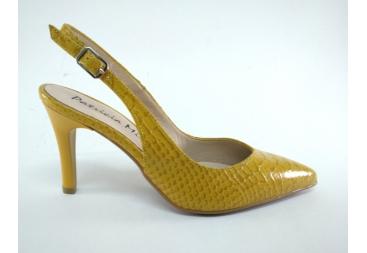 Patricia Miller señora zapato amarillo