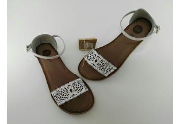 Sandalia blanca de piel calada